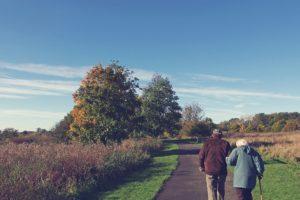 Pareja de ancianos dando un paseo por el campo